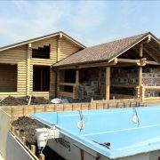 Строительство дома из дерева с бассейном