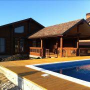 Дом из бруса с бассейном вид спереди