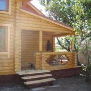 Фасад и веранда дома и массива дерева